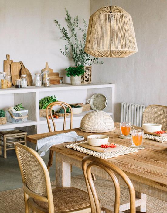 Cocina con detalles de estilo natural como individuales de rafia o ratán