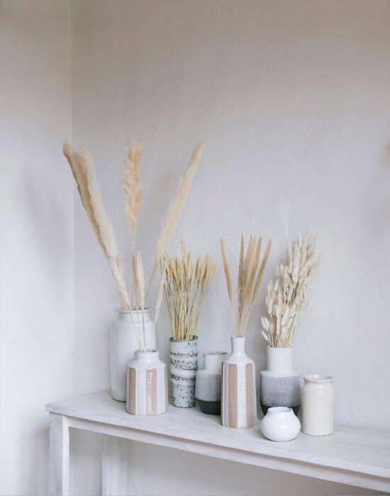 Jarrones blanco combinados con Pampas y flores secas